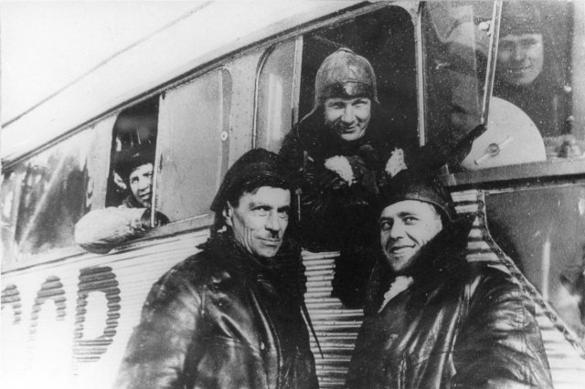 ок.1933 - У гондолы дирижабля СССР-В2