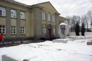 """Памятник  """"Руки Мастера """", установленный в 2003 году у проходной МКК.  Фото - Мартынов С.А. следующая..."""