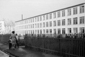 1 сентября 1968 года - по дороге в школу N6.  Вид с улицы Северная.  Фото из архива Аргунова Е.И. основное фото новое...