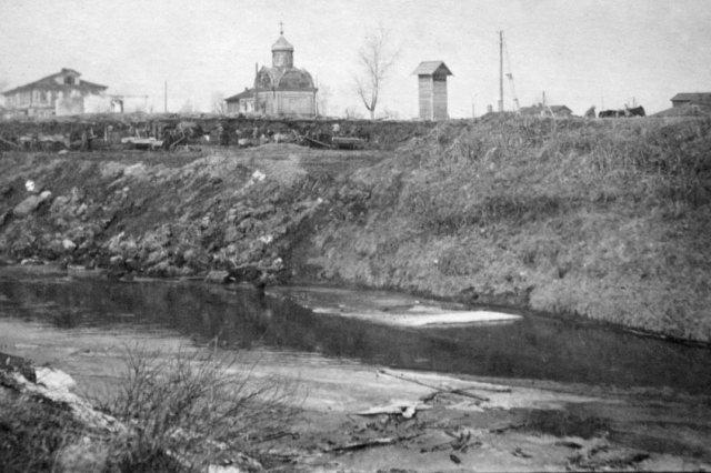 """Фото предоставил Кувырков И.В. следующая.   """"Место пересечения канала рекой Клязьмой """".  Впереди видно церковное здание."""
